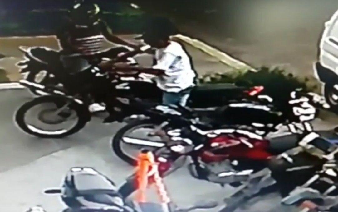 Estacionó su moto y se fue a jugar al fútbol: en menos de un minuto se la robaron