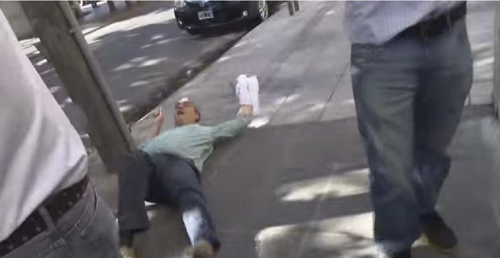 VIDEO: el papelón de un funcionario macrista que finge ser agredido por vecinos