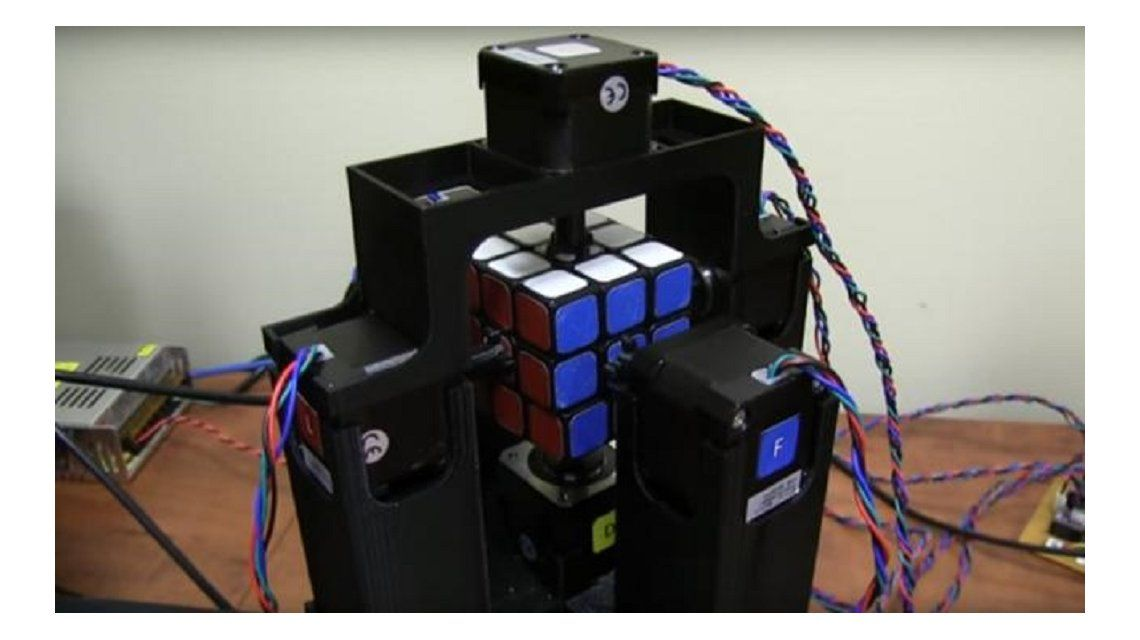 Inventaron una máquina para armar el Cubo Mágico en un segundo