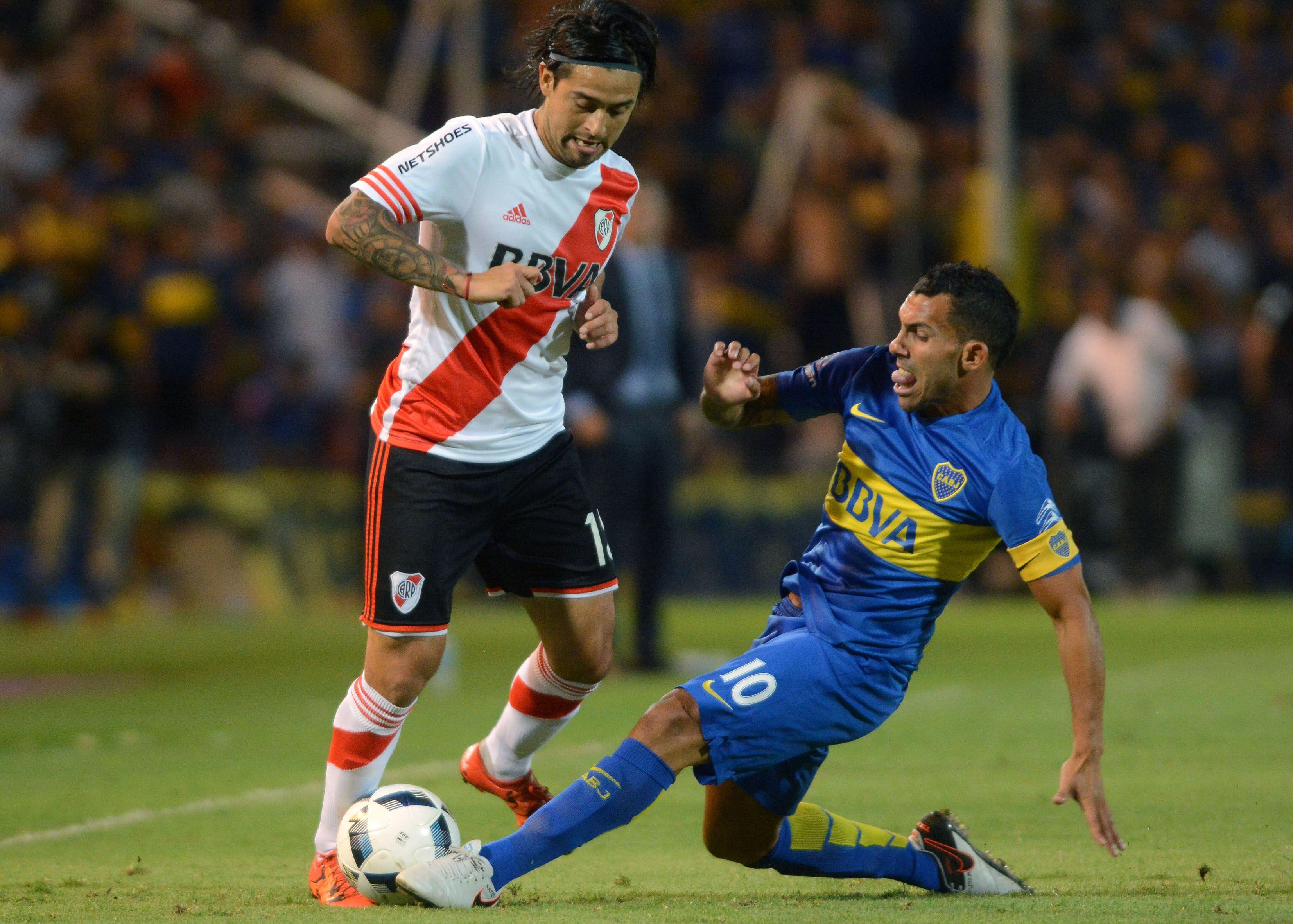 Tevez: La gente paga para ver fútbol y lo mínimo que debemos hacer es tener la cancha bien