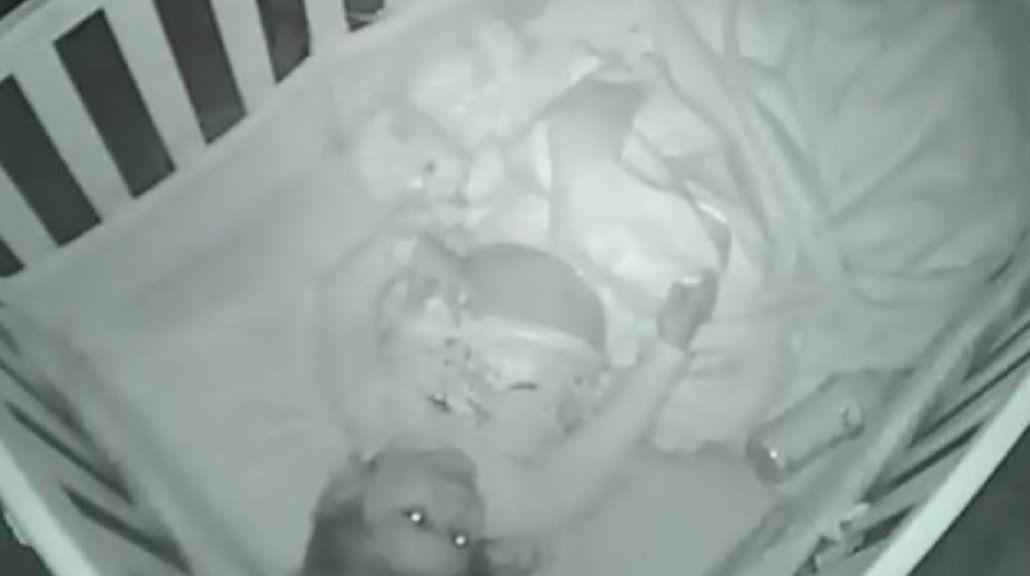 Padres acostaron a su bebé para que durmiera y la encontraron rezando sola