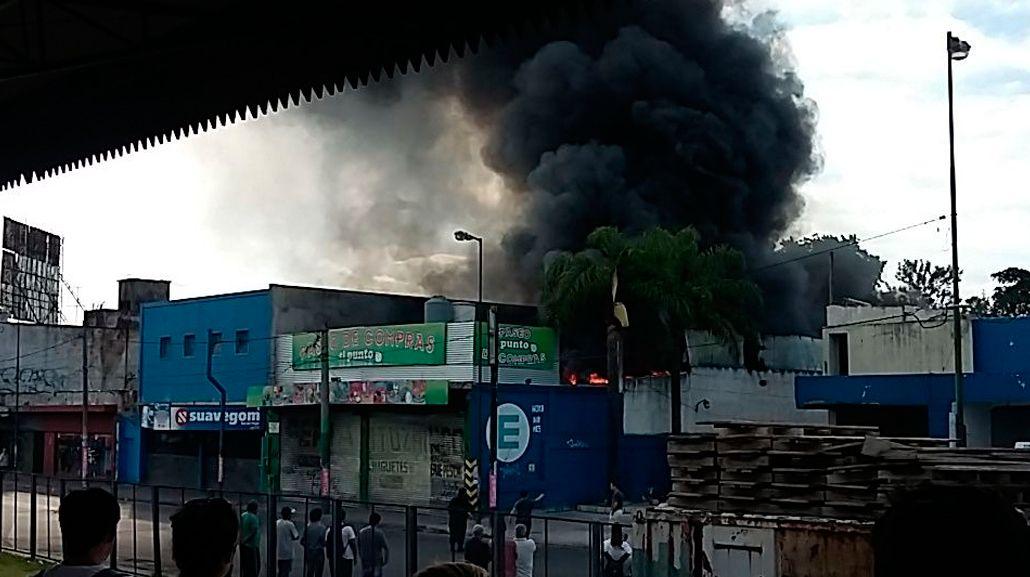Se incendia un centro comercial en Ituzaingó