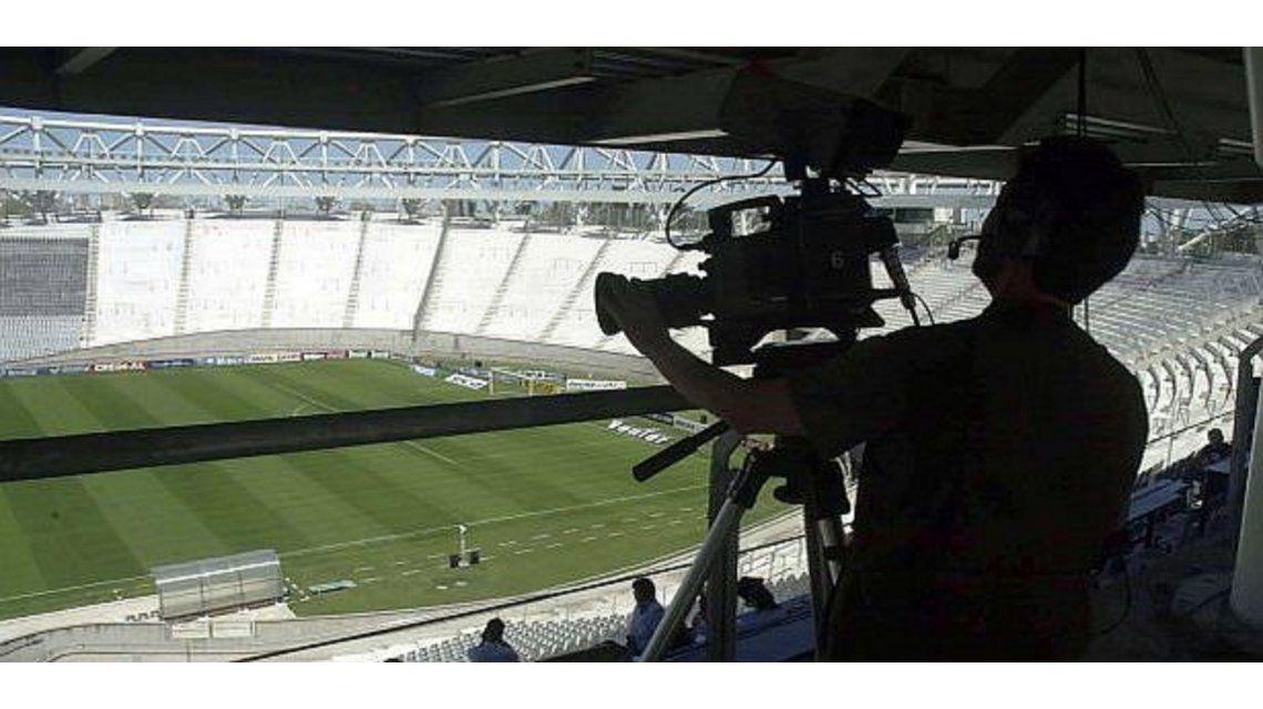 Centro de la AFA y el Gobierno a Clarín para devolverle el fútbol