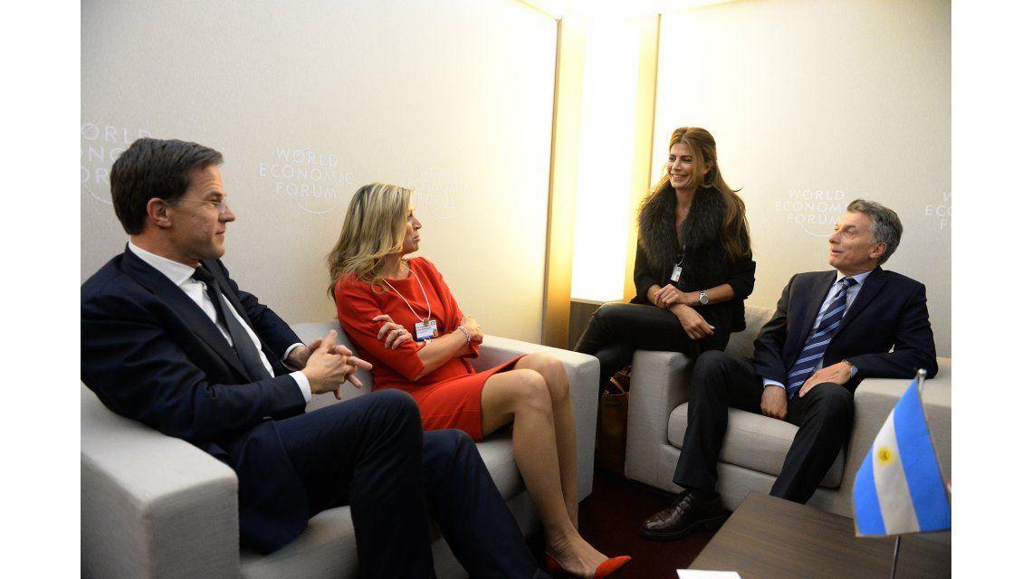 Macri y Awada, distendidos con Máxima en Davos