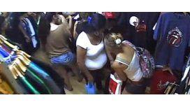 Entraron a una tienda, distrajeron a un empleado y robaron