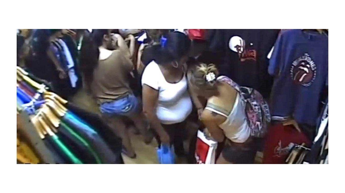 VIDEO: Entraron a una tienda, distrajeron a un empleado y robaron