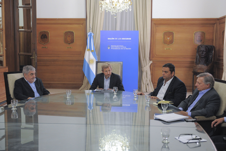 Este lunes se reanudan las negociaciones para destrabar el conflicto petrolero