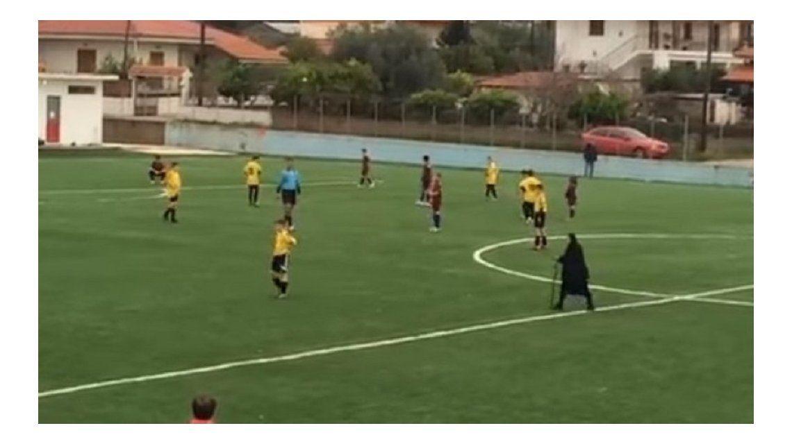 Insólito: una abuela interrumpió un partido para cruzar la cancha