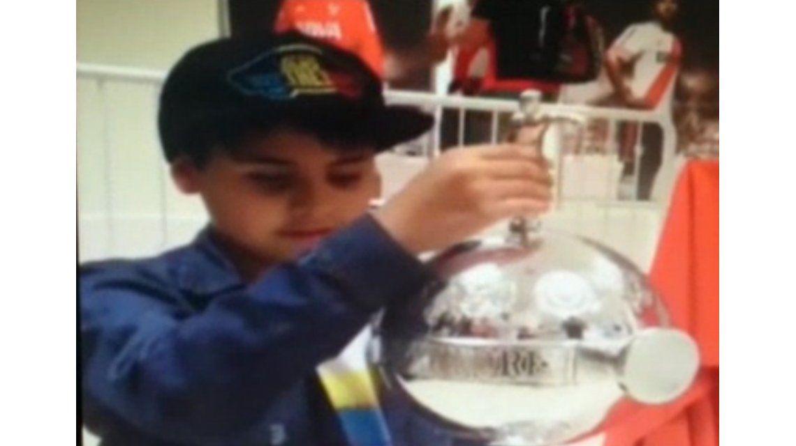 Conmovedora reacción de un niño ciego cuando palpó la Libertadores de River
