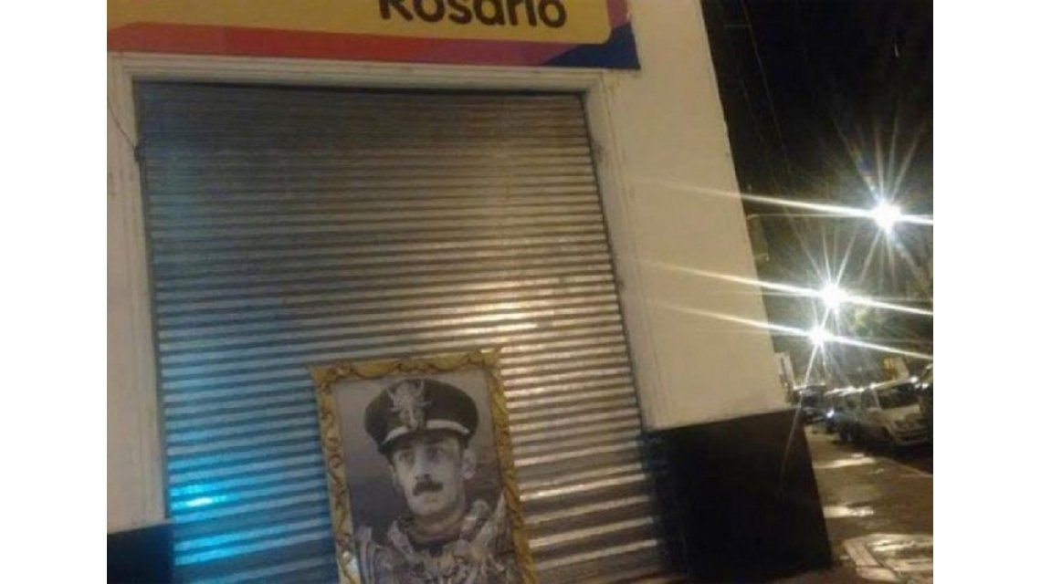 Revuelo político en Rosario: dejan un retrato de Videla en el frente de un local del PRO