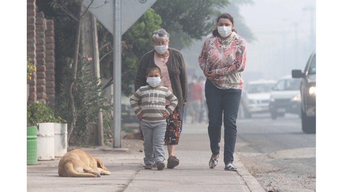 Incendio de basural sigue cubriendo de humo a Santiago de Chile