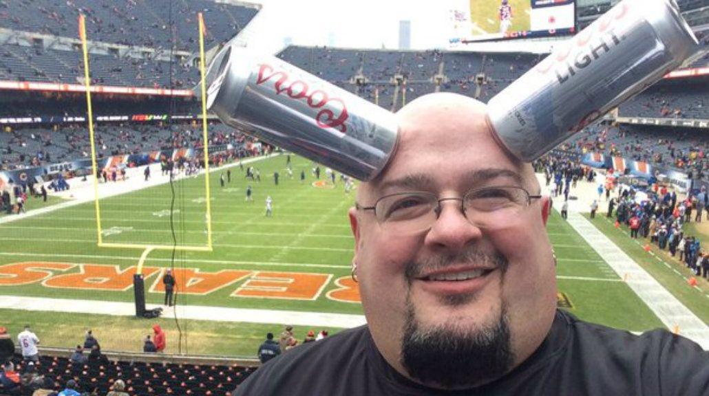 Un hombre puede adherir latas a su cabeza gracias a un extraño fenómeno