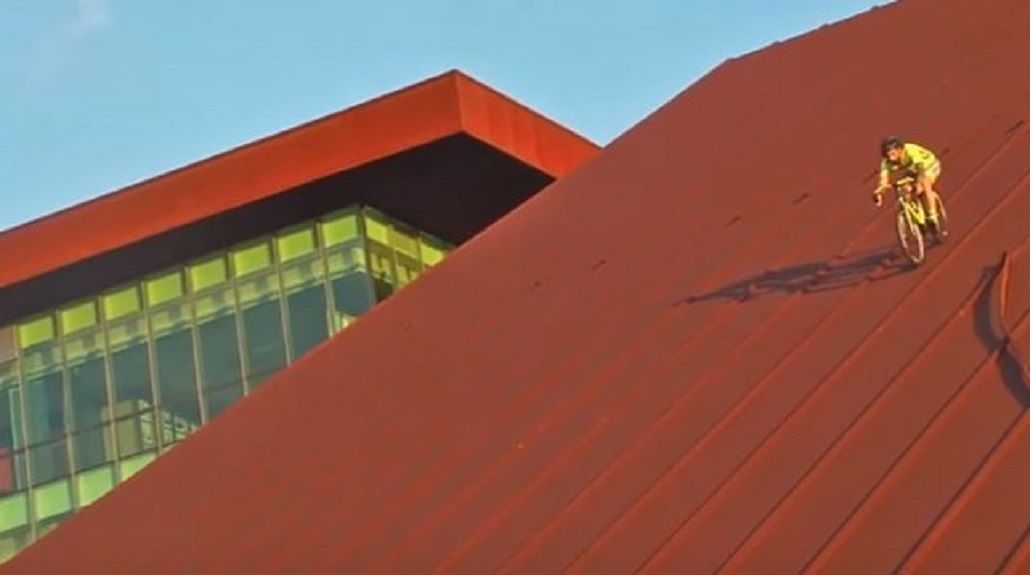 Un ciclista sorprendió sobre el techo de un edificio