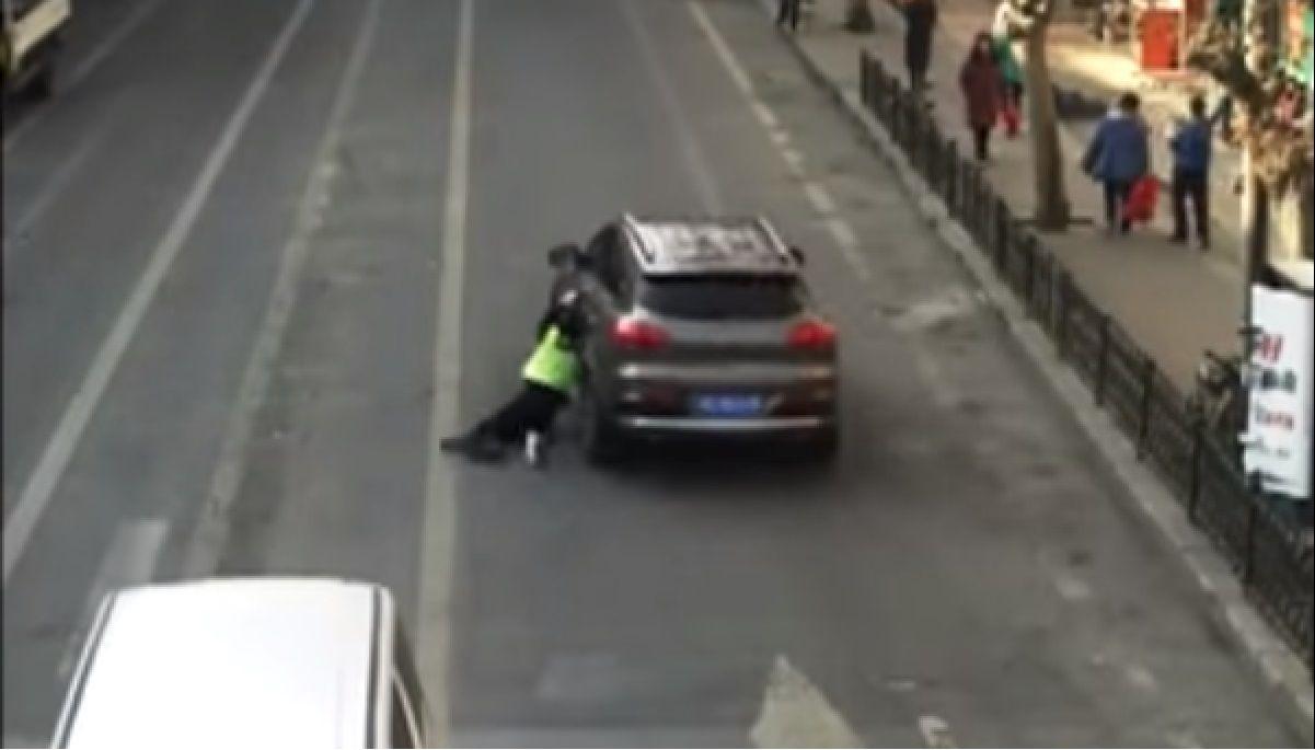 Quiso escaparse de un control y se llevó a un policía colgado del auto