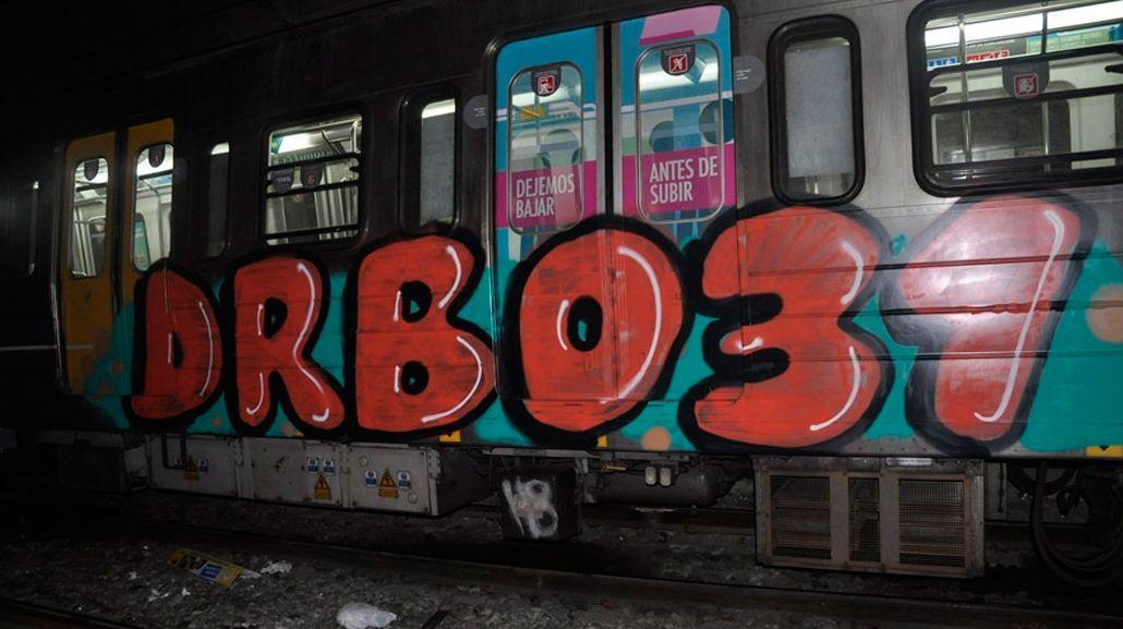 Detuvieron a dos jóvenes alemanes por grafitear el subte porteño