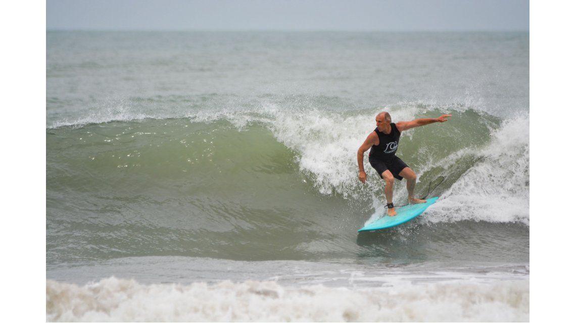 Echegoyen a los 55. Disfrutó un día de muy buenas olas y compartir el agua con amigos.Gentileza: BrianBjerrum - El Surfero.