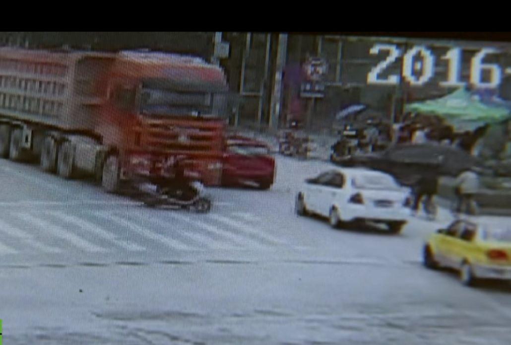 VIDEO: tres mujeres se salvan de ser arrolladas por un camión