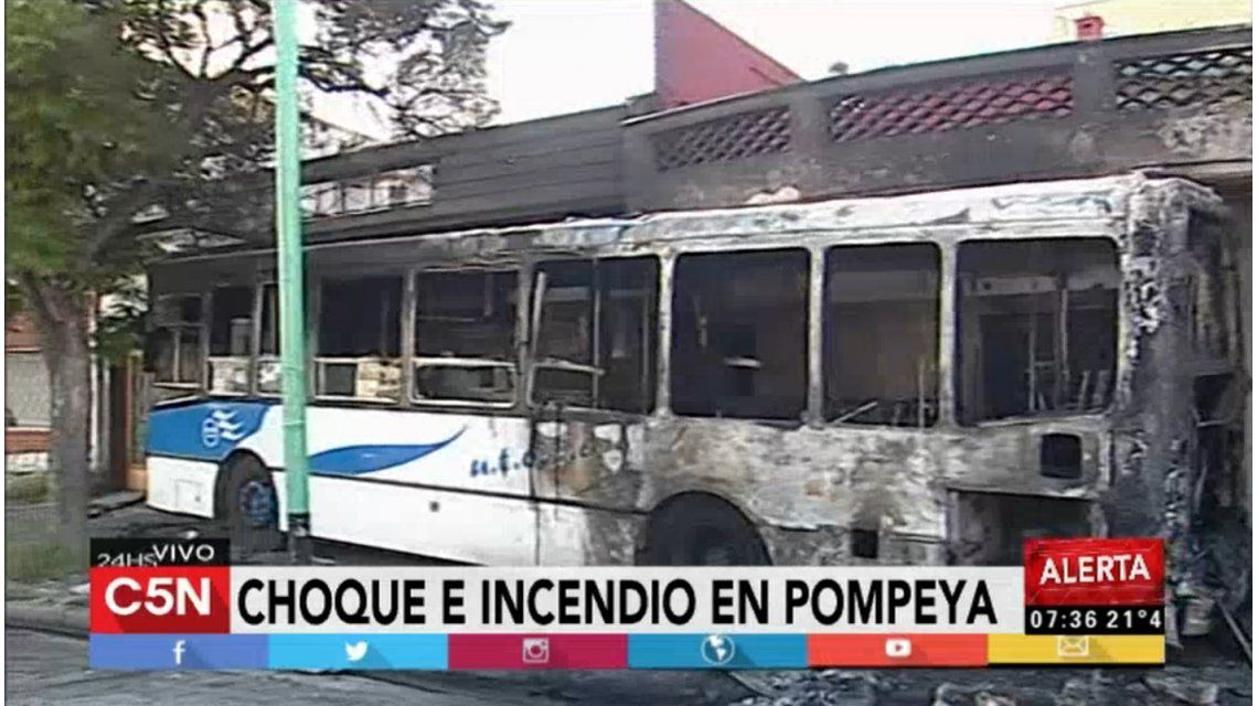 Un colectivo se incendió en Pompeya tras chocar con un auto: hay seis heridos