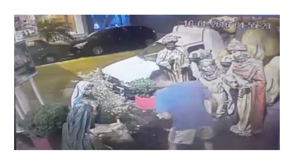 No respetan nada: en Lanús se robaron al niño Jesús de un pesebre gigante