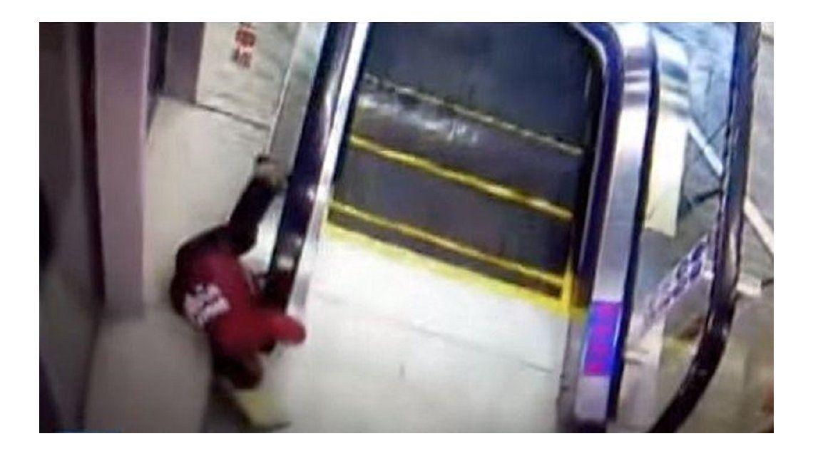 Otra vez una escalera mecánica: un nene al borde de la muerte