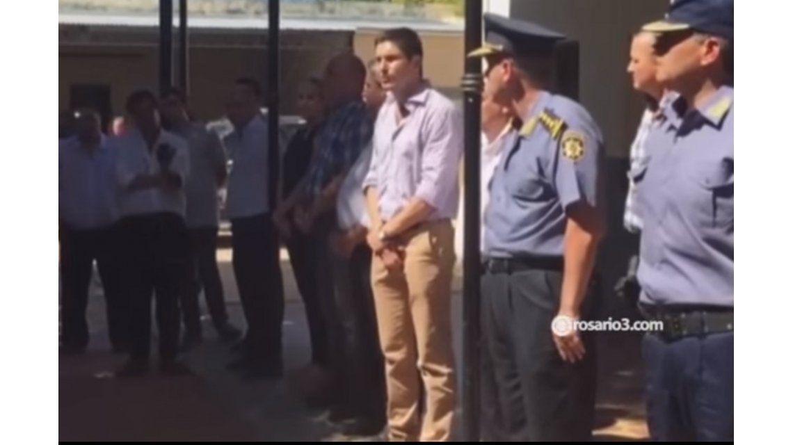 Arenga a la policía de Santa Fe: Durmieron poco, se metieron al barro y no les importó