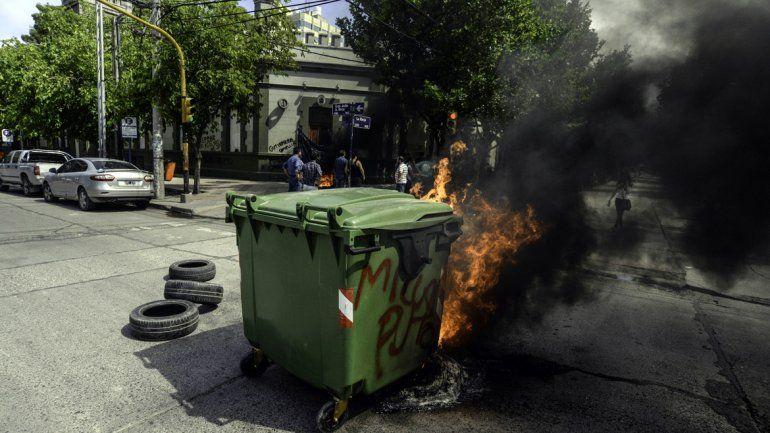 Neuquén: Reprimen a trabajadores estatales que protestaban contra despidos