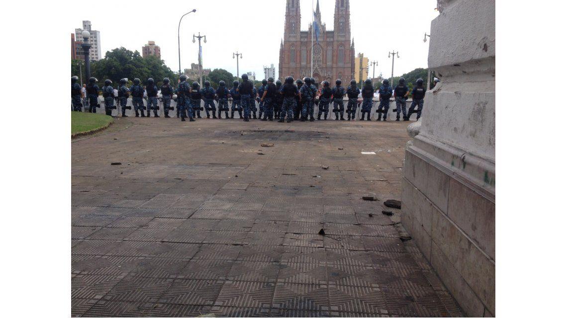 Serios incidentes en La Plata por despidos: hay al menos 12 heridos