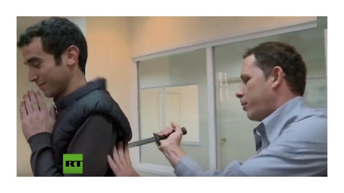 Un periodista probó un chaleco anticuchillos y terminó mal