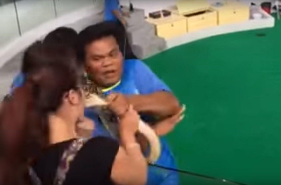 Mala idea: una mujer fue atacada por una serpiente cuando intentó besarla
