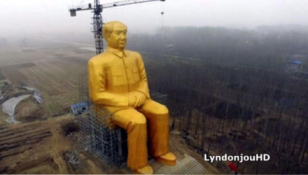 Una gigante estatua dorada de Mao Zedong en pleno campo de China