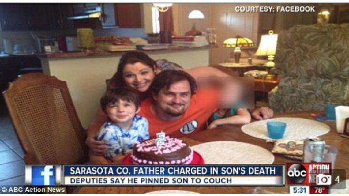 Un niño de 6 años murió en el sofá aplastado por su padre de 122 kilos