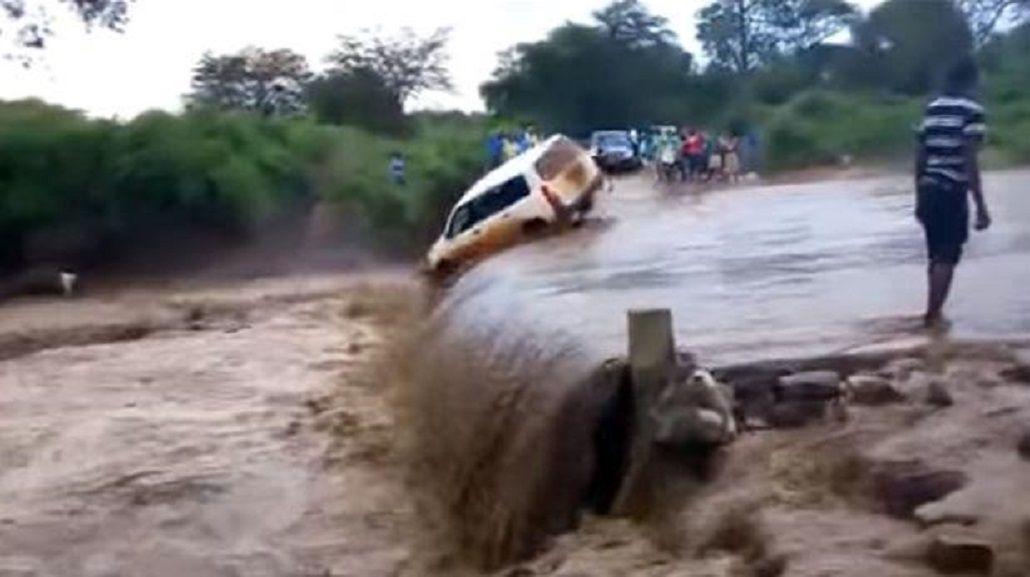 Quiso cruzar un río con su camioneta y cayó en una cascada
