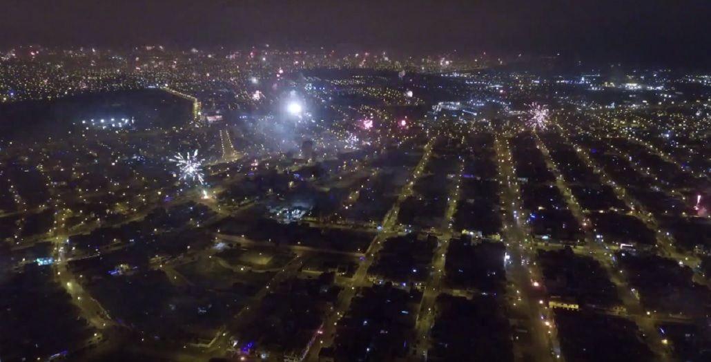 La increíble toma de fuegos artificiales sobre una ciudad entera