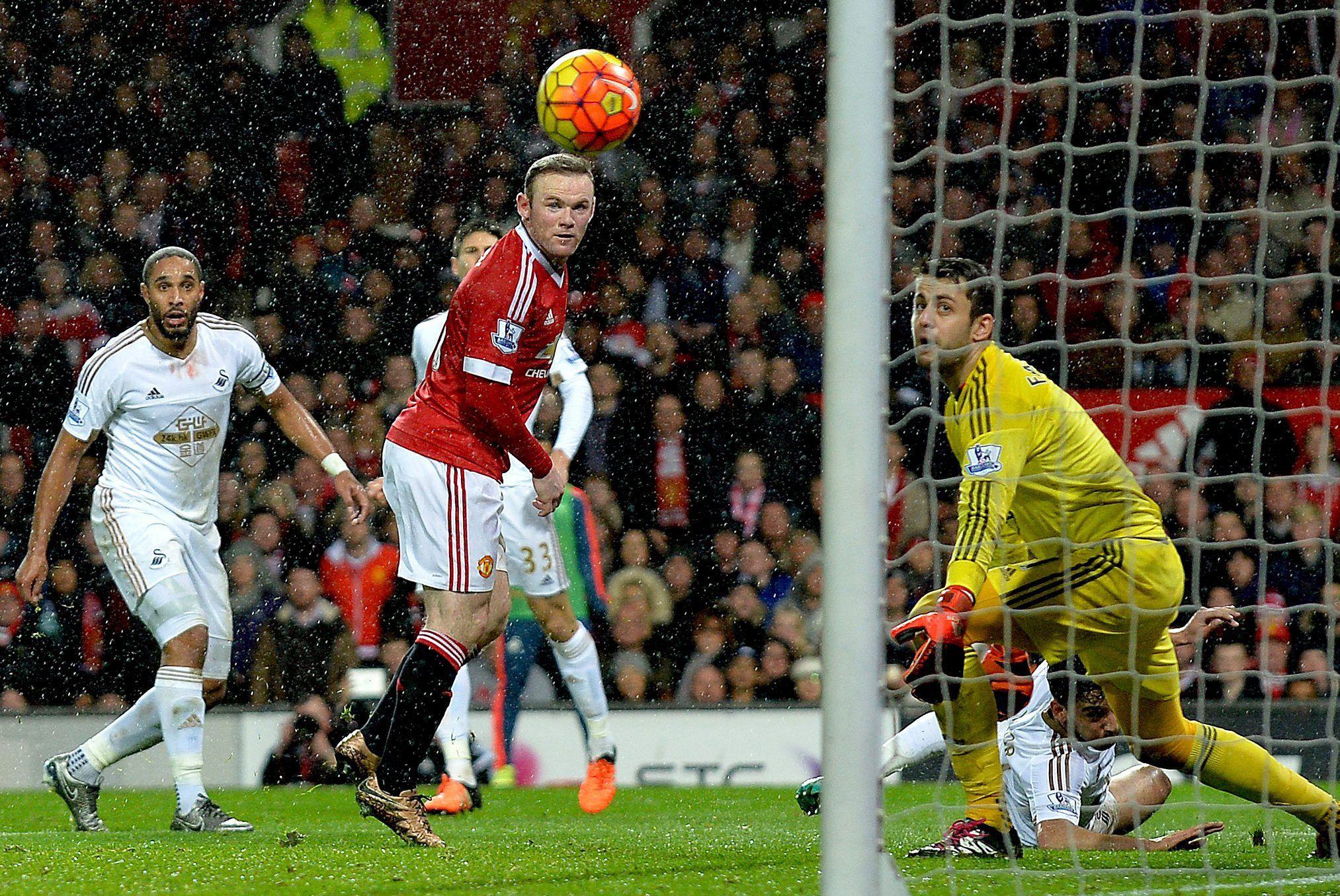 El golazo de taco de Rooney que le da aire a Van Gaal