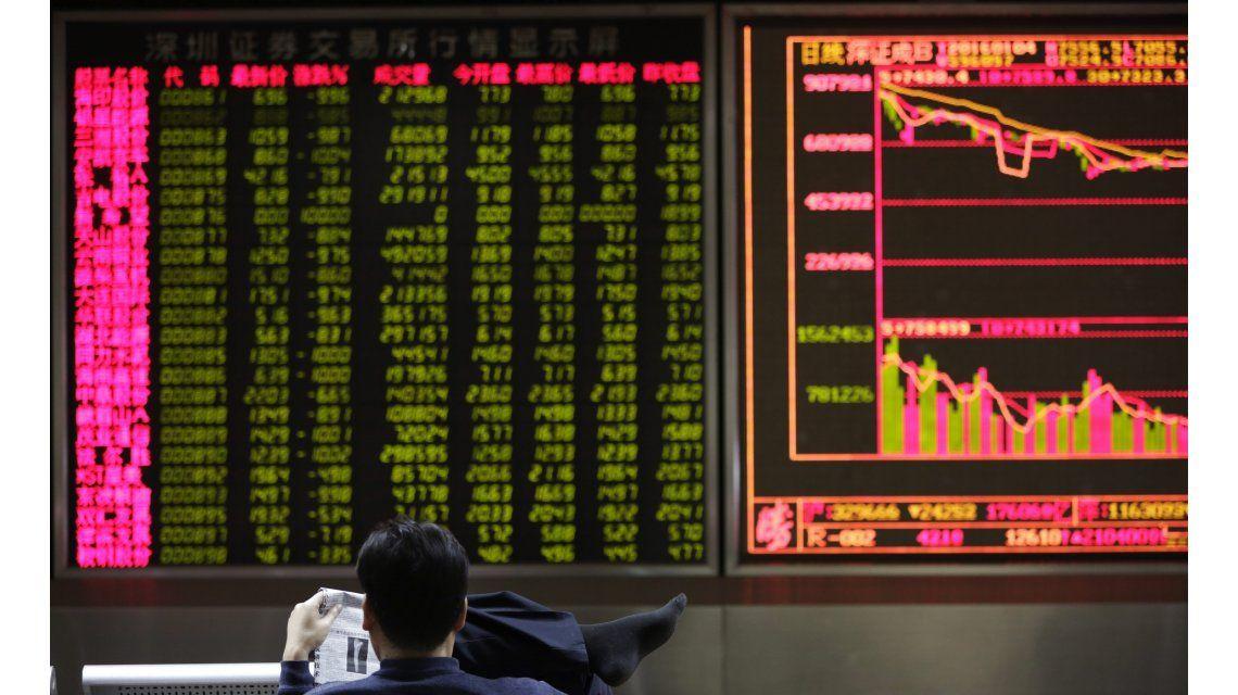Las bolsas chinas se estabilizan luego del derrumbe de este lunes
