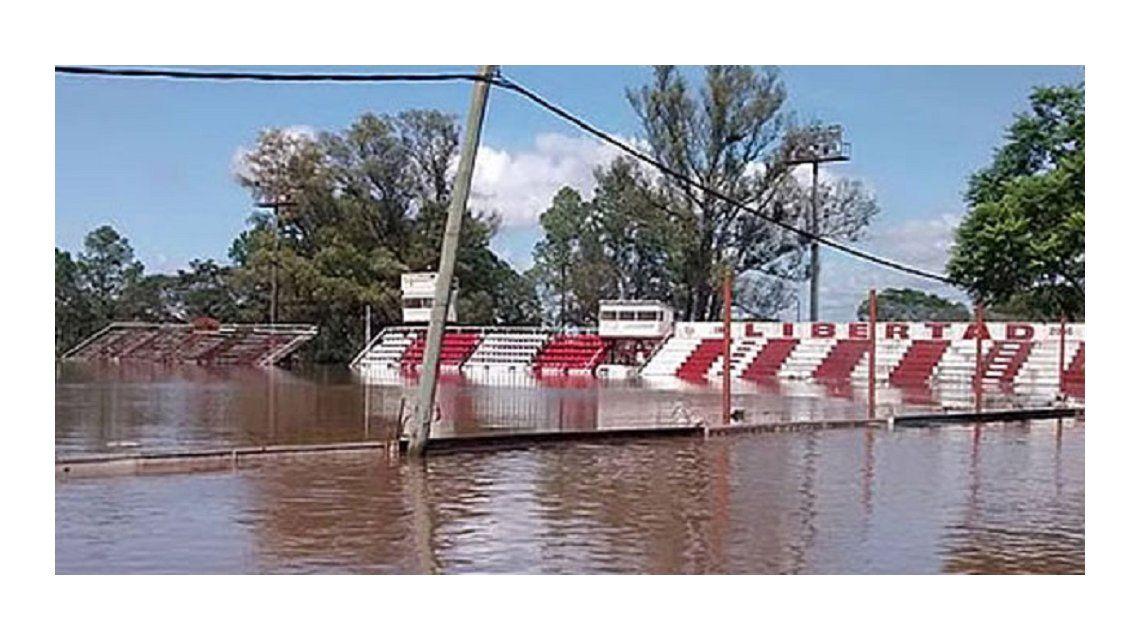 Así quedó la cancha de un club de Concordia por la crecida del río