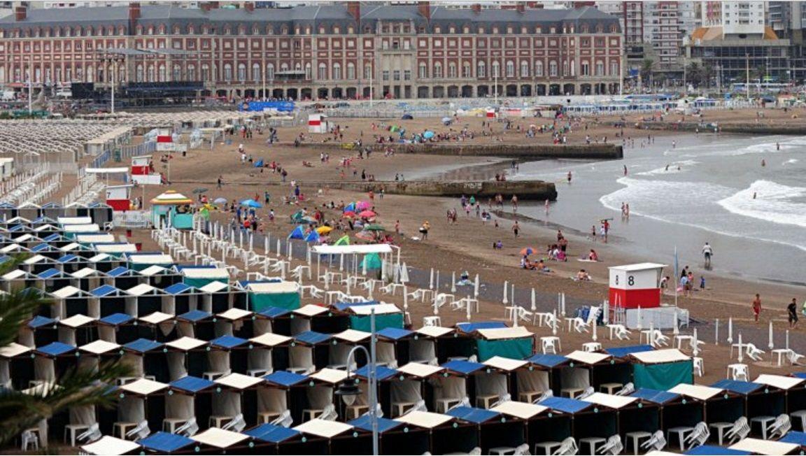 Mar del Plata: denuncian a balnearios por alambrar la playa pública