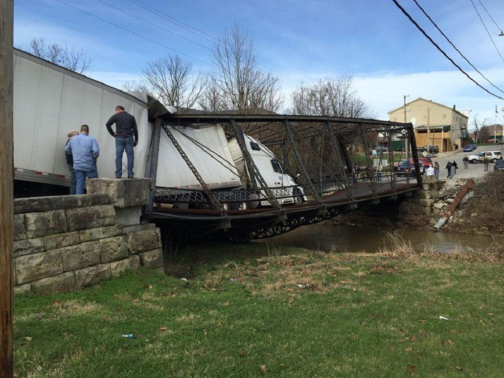 Por no saber matemática arruinó un puente histórico con un camión