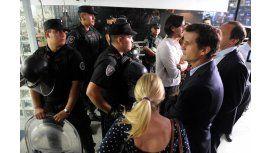 Funcionarios y empleados de AFSCA son contenidos por miembros de la Policía Federal que les impiden la entrada al organismo.