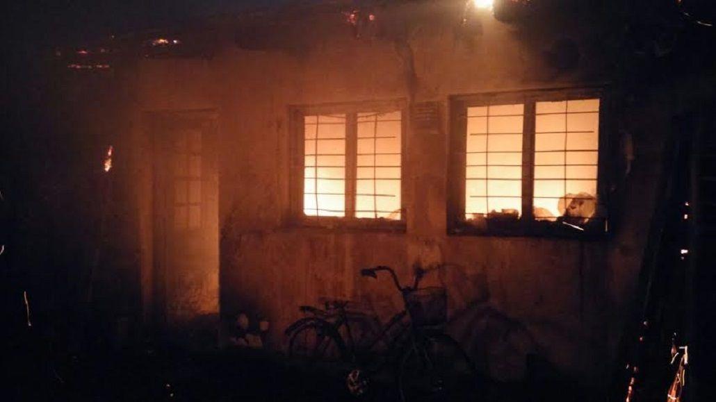 Hacía un asado en el garaje y se le incendió la casa