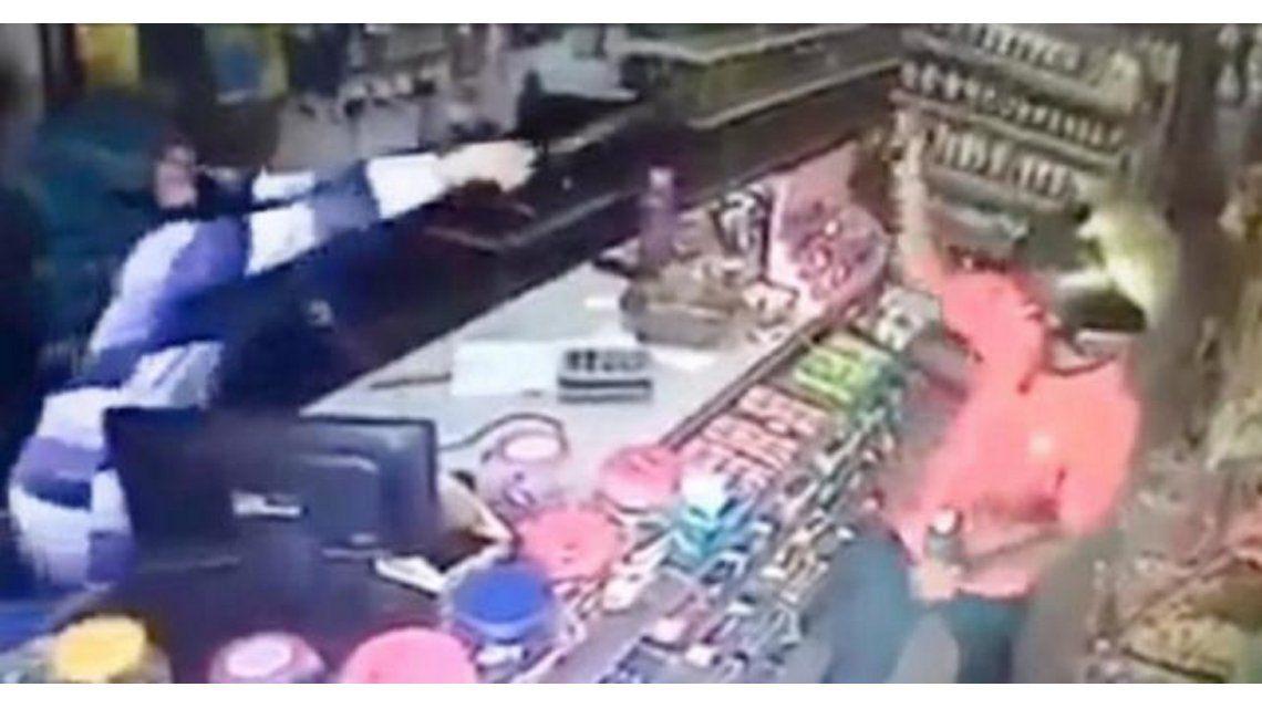 VIDEO: Una empleada se defendió de un robo con una espada samurái