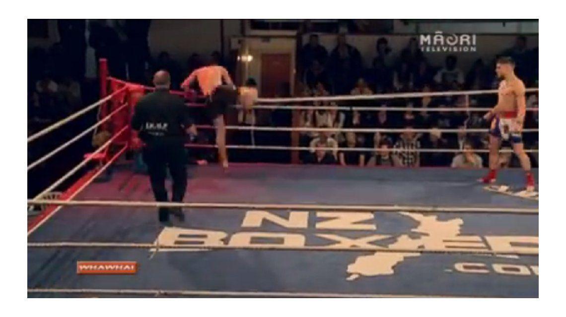 VIDEO: Lo noquearon y bajó del ring de la peor manera
