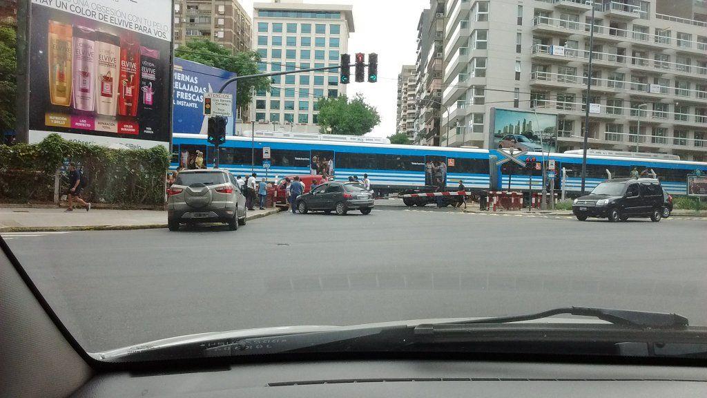 Un auto fue embestido por un tren en Belgrano: el conductor fue trasladado a un hospital