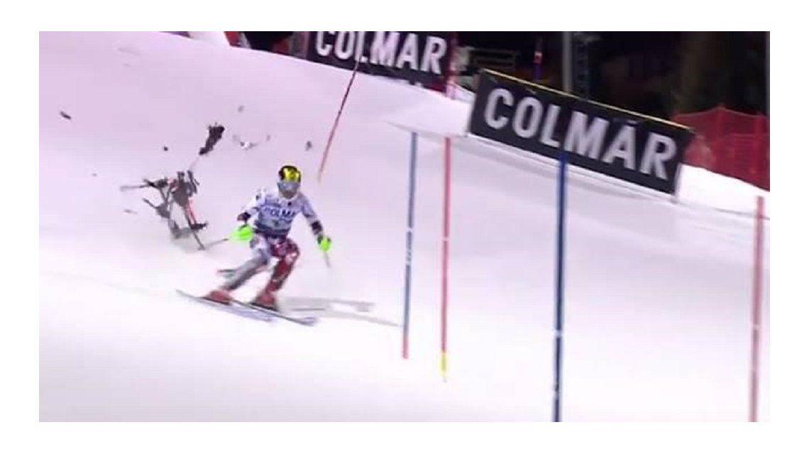 VIDEO: Esquiador escapó del golpe de un drone en plena competencia