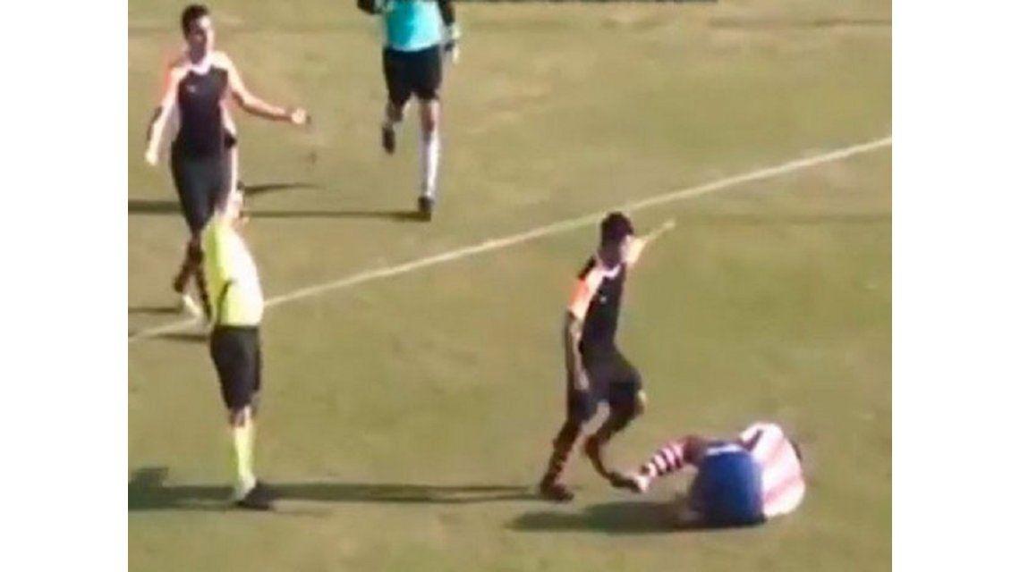 Se volvió loco: la brutal patada en la cara en el fútbol turco