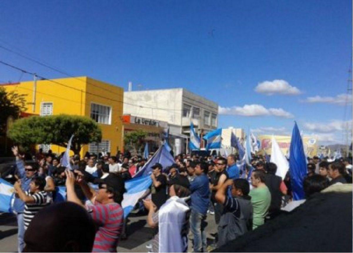 Petroleros hicieron una multitudinaria marcha en defensa de los puestos de trabajo