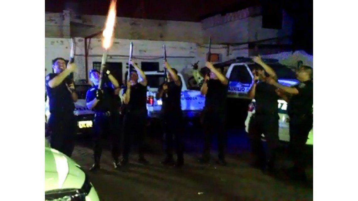 VIDEO: Policías de Mendoza festejaron la Navidad con tiros al aire