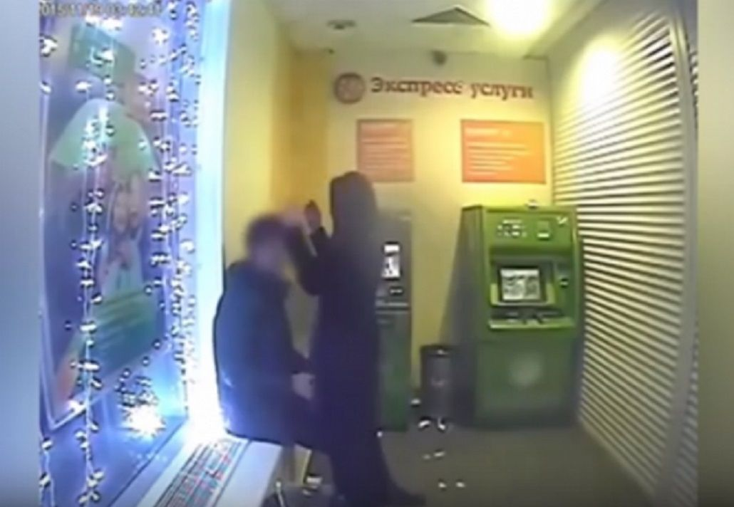 Filmaron a una pareja teniendo sexo adentro de un cajero automático