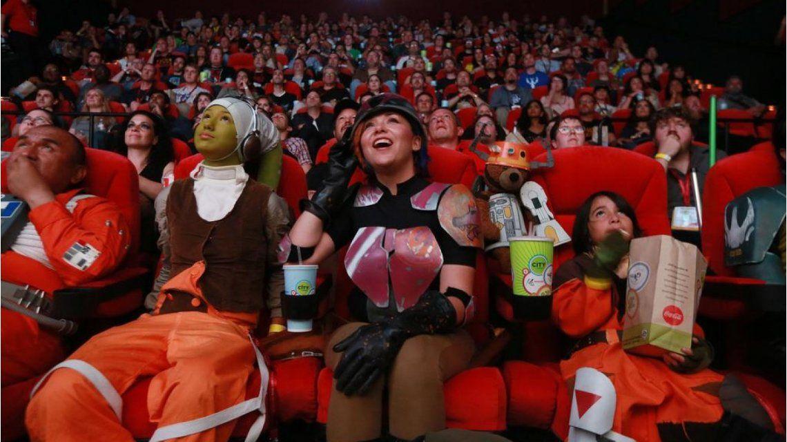 Fueron a ver Star Wars, se cortó y arrancó por el final: mirá la reacción del público