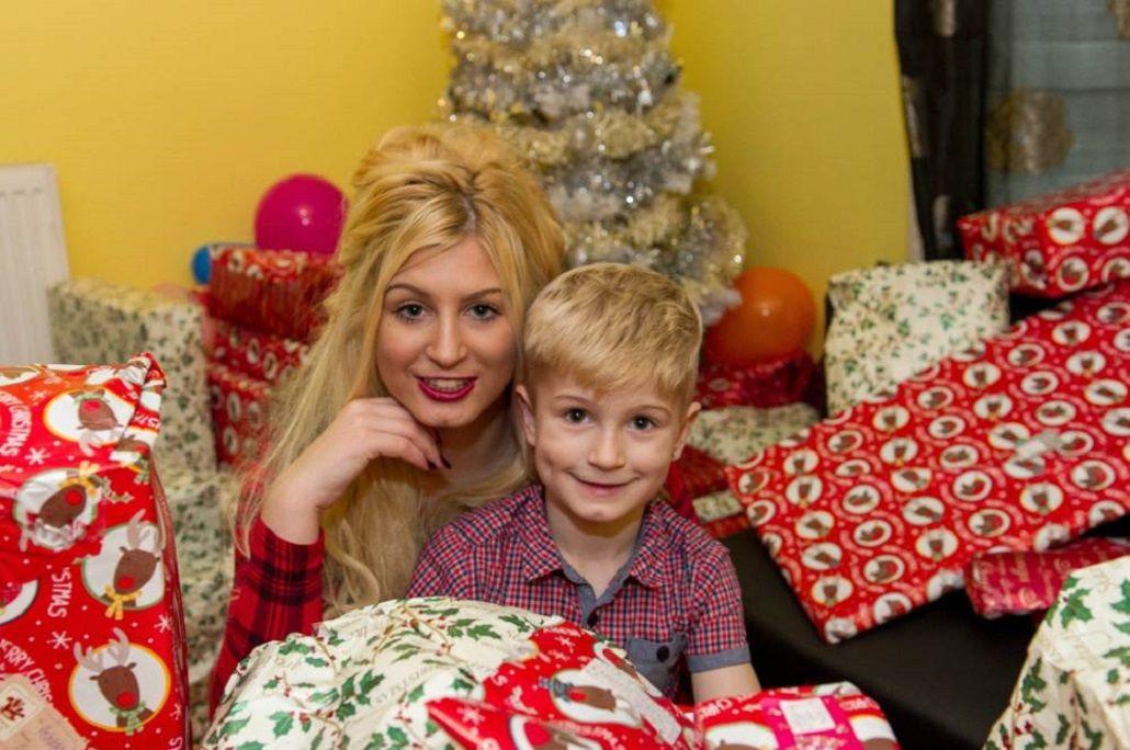Una madre trabaja como actriz porno para comprarle regalos de Navidad a su hijo